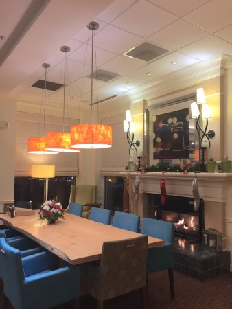 Hilton Garden Inn Kennett Square: Restaurant Tables Are On The Other Side  Of The Lobby