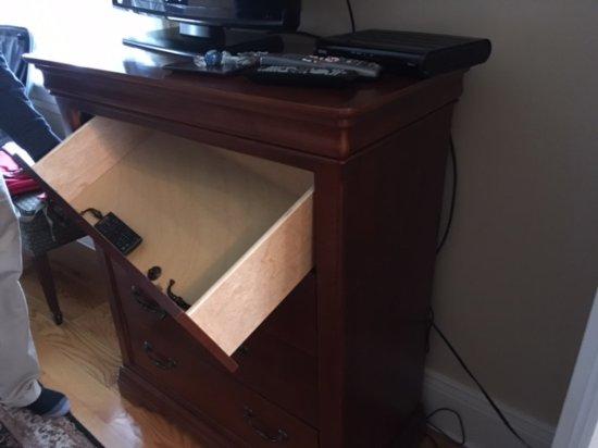 Compass Rose Inn: Broken drawer, missing handles (3) inside drawer.