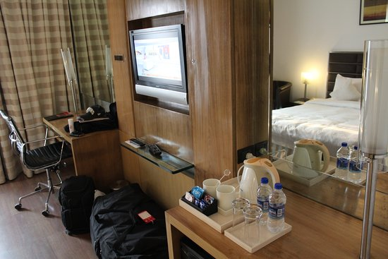 Ramada by Wyndham Powai Hotel & Convention Centre: Complimentary tray, TV and desk