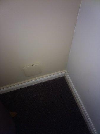 Premier Inn Eastbourne Hotel: Noisy drafty vent plus split wall
