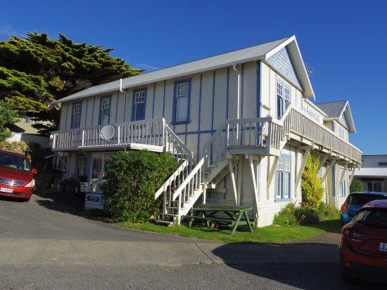 Barnacles Seaside Inn Backpackers : 白い建物