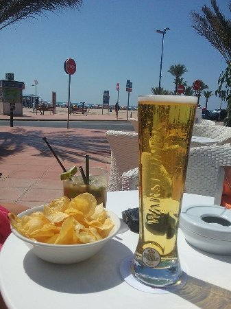 Gran Hotel Delfin: Stunning view of a quiet beach front in JULY! Ice cold pint and wonderful cocktail under €10