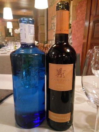 Usategieta Restaurant: Agua y tinto del menú bien elegido