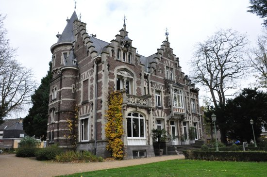 Oudenaarde, Belgia: Castle into the park.