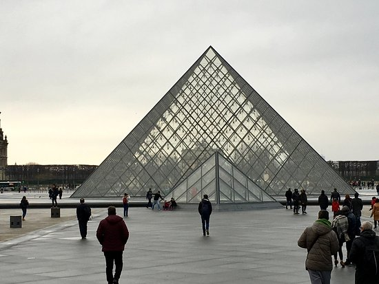 Paris, Prancis: Louvre Pyramid on December afternoon