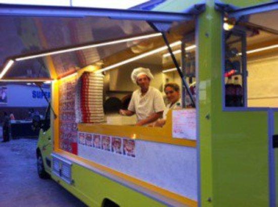 La Courneuve, Francia: Voici notre camion, avec une partie de l'équipe culinaire et bien sur Pascal avec sa toque.
