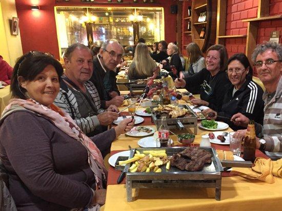 El Meson de Espaderos: Cenando con amigos,muy buena parrillada