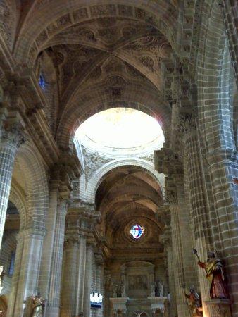 Catedral de Jerez de la Frontera: Nave central y cúpula.
