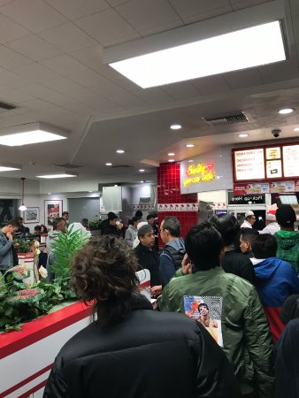 In-N-Out Burger: Line up to order