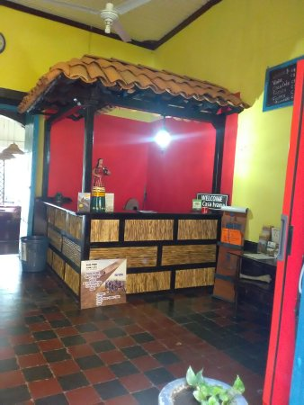 Hostal Casa Ivana: Reception and Bar area, also the perfect place to drink a beer