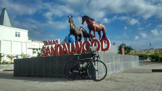 Taman hijau tempat santai2 di tengah kota Waingapu,,,