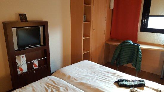 ibis Milano Ca Granda: Interno della camera (il tv è piccolo)