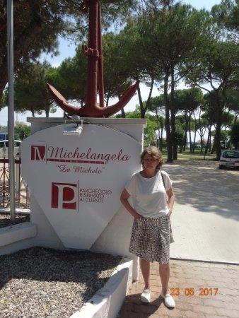 Ristorante Michelangelo: Сразу у ресторана выход в парк и к яхт-клубу