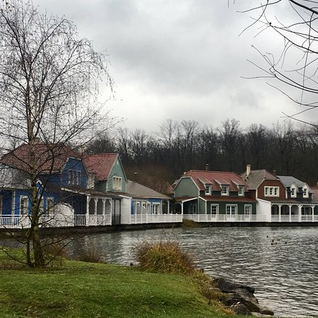 Center Parcs Le Lac d'Ailette : Les cottages en bord de lac