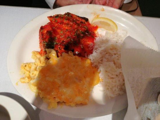 Sylvia's Restaurant: Salmón con arroz, y macarrones con queso