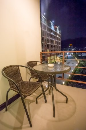 The Elegant Patong Hotel: Balcony sitting area