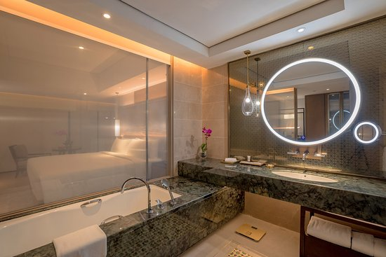 Pan Pacific Yangon: Spacious bathroom with separate bath, rain shower and shower