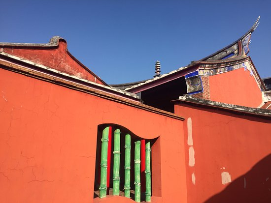 Pingtung Tutorial Academy: 紅色的牆與藍色的天空,輝映著古樸