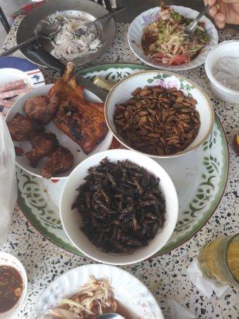 Ubon Ratchathani Province, Thái Lan: Repas Isan Riz, Salade de Papaye, cocons vers à soie, grillons, poulet...