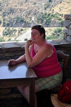 Zoniana, Grèce : terrasse qui donne sur la montagne