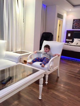 Radisson Blu Kochi: The business suite ! Our baby quite peaceful and happy with the space.
