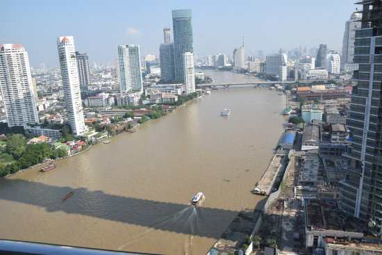 Chatrium Hotel Riverside Bangkok: River view from 32th floor, Saphan Taskin Bridge in the distance