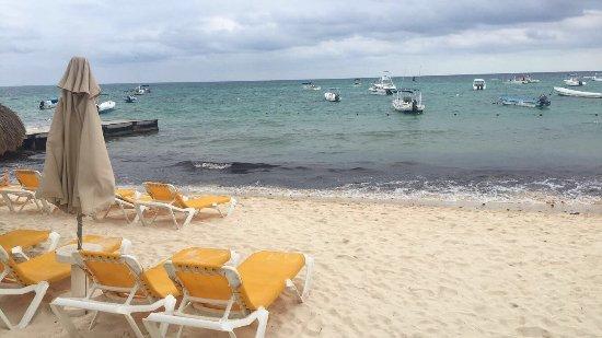 The Reef Coco Beach : Algues au bord de l'eau. Petite plage avec bateau. On ne peut pas nager