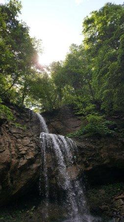 Khadyzhensk, รัสเซีย: Водопад Хадыженский представляет собой каскад из 2 ступеней, высота - 25 метров.