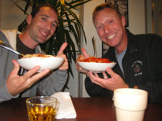 Montana Family & Youth Hostel : Sharing dinner with a new friend