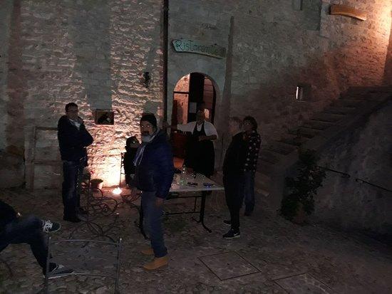Sant'Anatolia di Narco, Italy: Il bicchiere della staffa in compagnia di Roberto
