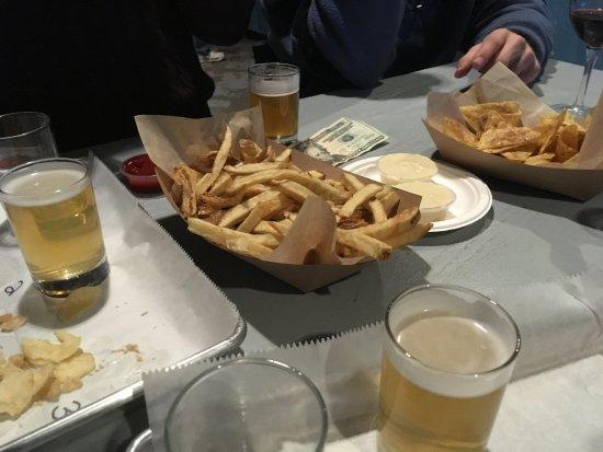 Aston, بنسيلفانيا: Flight of draft beer and crab fries