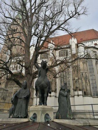 Dom St. Maria: Plaza delante de la catedral.