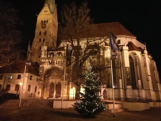 Dom St. Maria: Fachada al anochecer.