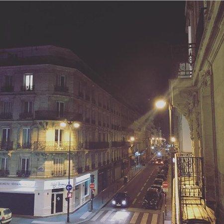 Le85 Paris: at night