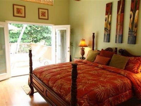 Honu Kai B&B: Lani suite, French doors open directly onto the spacious roof top sun deck.