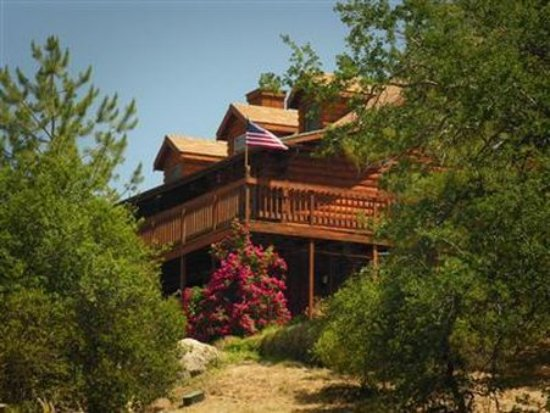 The Log House Lodge: Exterior