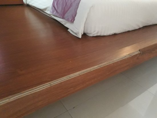 Tanawit Condotel: Wooded planks ripped out with protruding nails near the bed.