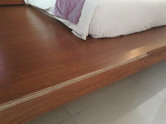 ธนวิทย์ โฮเต็ล แอนด์ สปา: Wooded planks ripped out with protruding nails near the bed.
