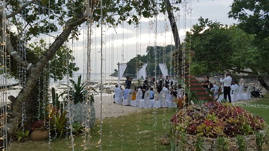 Thavorn Beach Village Resort & Spa: There a romantic wedding on the beach the day we got there!