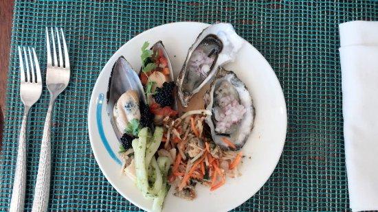 Azraq at Banana Island Resort Doha by Anantara: freshest oysters and yummiest seafood thai salad