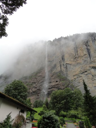 Lauterbrunnen Valley Waterfalls: 霧の中に滝