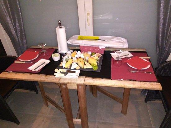 Zwevegem, Belgium: Gedekte tafel in complex.