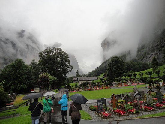 Lauterbrunnen Valley Waterfalls: 花と墓