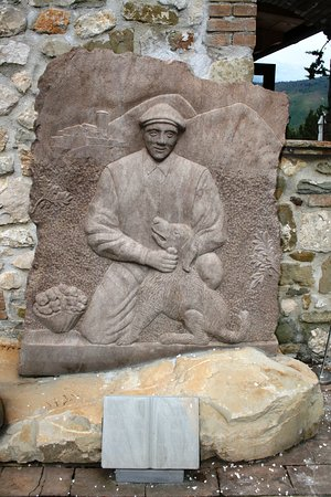 Valtopina, Italie : scultura dedicata al cercatore di tartufi con il suo cane