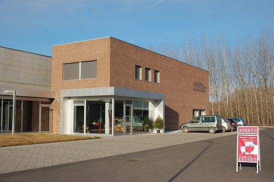Ferrere, Italie : esterno del negozio con parcheggio e laboratorio