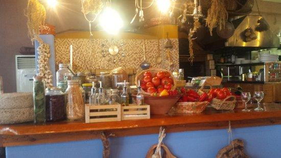 Koutsouras, Grèce: Αποψη της κουζινας του εστιατοριου