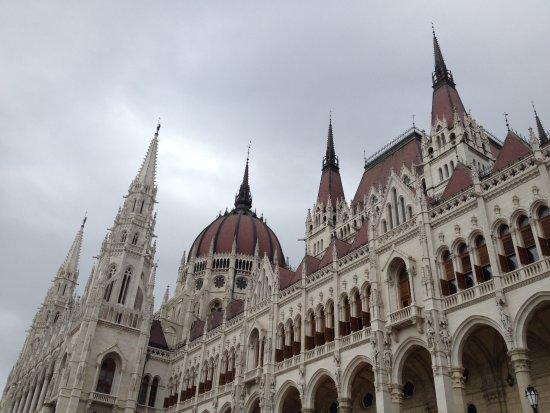 Lion's Garden Hotel: The beautiful parliament building