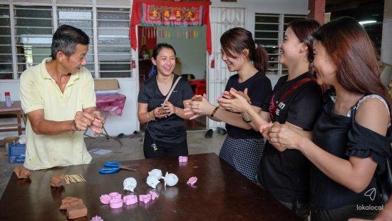 Kuala Sepetang, Malaysia: Dragon Joss stick workshop