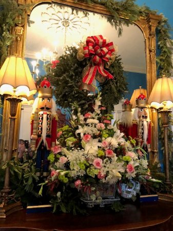 Taneytown, แมรี่แลนด์: Detail of Christmas 2017 decorations in the entry hall.