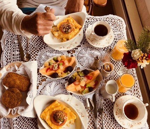 Headlands Inn Bed & Breakfast: Breakfast in our private room